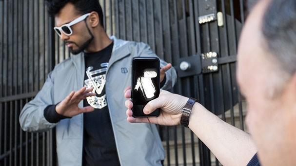 DJ que trabalha com Paul McCartney cria roupa que deixa famosos invisíveis aos flashes dos paparazzi