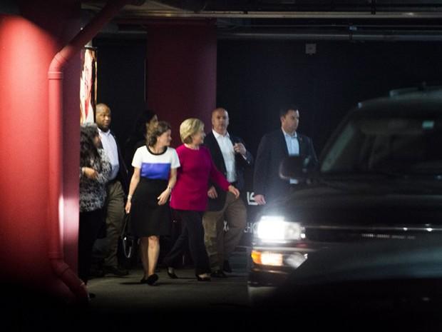 Candidata democrata à Casa Branca, Hillary Clinton, chega à American Airlines Arena, na noite de terça-feira (25), para assistir ao show de Adele (Foto: Robyn Beck / AFP)