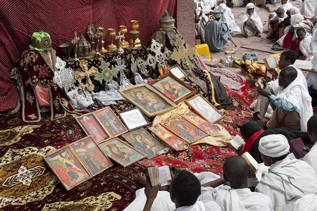 No pátio de Bet Maryam, Casa de Maria, os tesouros do templo são colocados em um altar no solo (2010) (Foto: © Haroldo Castro/Época)