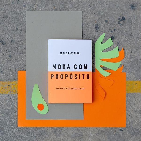 O livro recém lançado Moda com Propósito (Foto: Instagram/Reprodução)
