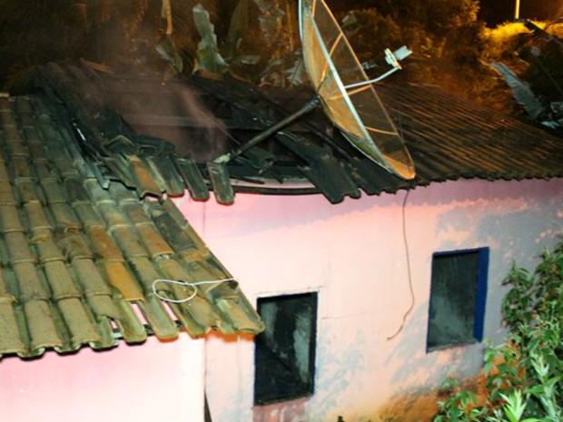 Homem colocou fogo na casa da mãe, após matar a esposa (Foto: Sessé Guimmas/Medeiras Dia Dia)