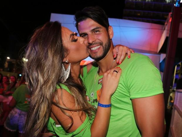 Nicole Bahls e Marcelo Bimbi em camarote em Salvador, na Bahia (Foto: Wesley Costa e Daniel  Bryan/ Ag. News)