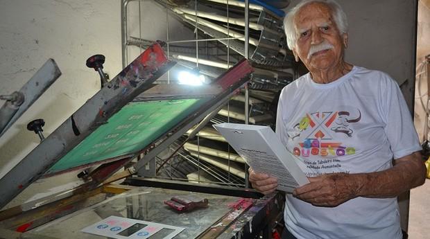 Nos fundos de casa, Garcia mantém uma máquina de serigrafia montada para imprimir os jogos manualmente (Foto: Marina Salles)