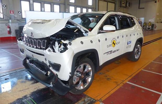 Os testes incluíram choque contra toda a frente do carro, não apenas uma parte (Foto: Divulgação)