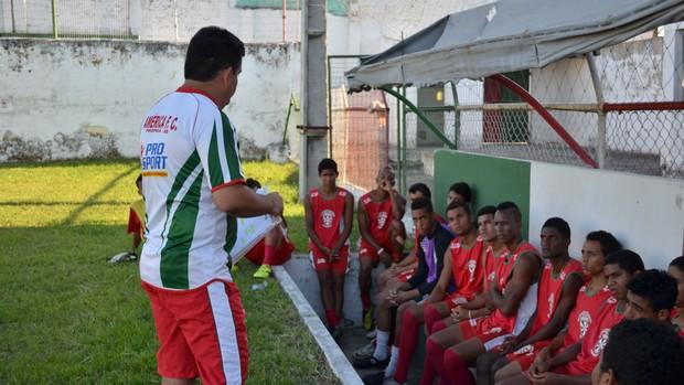 Técnico Fernando Dourado (Foto: João Áquila / GLOBOESPORTE.COM)
