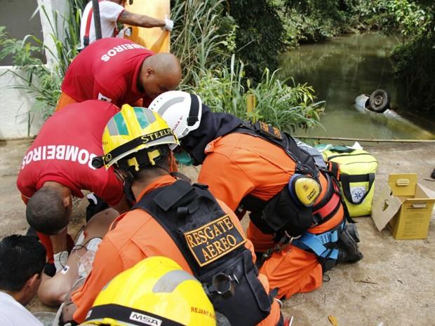 Bombeiros reanimam vítima que caiu com carro em córrego de Planaltina (Foto: Corpo de Bombeiros/Divulgação)