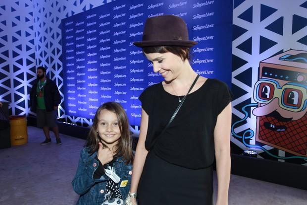 Débora Falabella com a filha (Foto: Raphael Castello / AgNews)