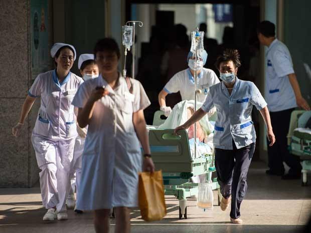 Equipes de emergência recebem vítima em hospital da região. (Foto: AFP Photo)