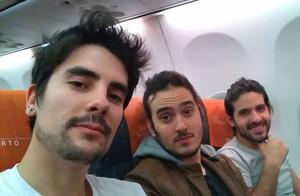 O baixista Leo com os parceiros João e Gustavo da Pagan John na volta para casa depois de liderar o ranking do SuperStar (Foto: Arquivo pessoal)