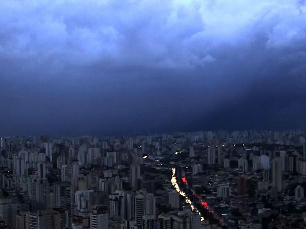 Chuva forte atinge a Zona Sul de São Paulo nesta segunda-feira (16) (Foto: Reprodução TV Globo)