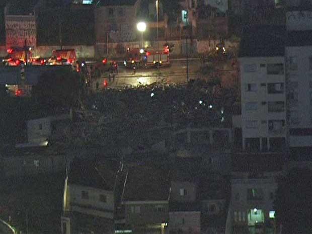 Muitos bombeiros na região de desabamento ocorrido nesta noite (Foto: Reprodução/TV Globo)
