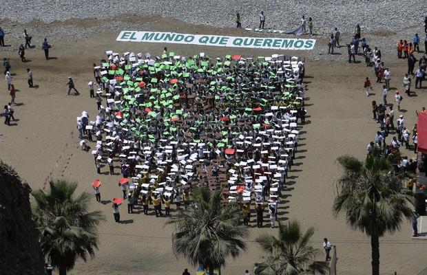Crianças participam de manifestação em Lima, no Peru, defendendo um acordo contra o aquecimento global (Foto: Martin Mejia/AP)