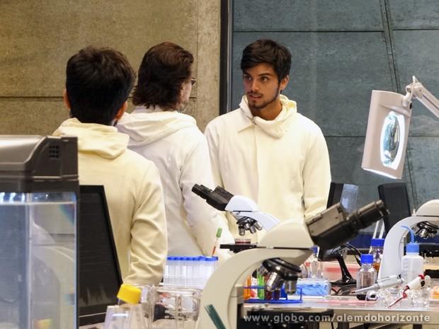 Marlon fica maravilhado com o laboratório da Comunidade (Foto: Além do Horizonte/TV Globo)