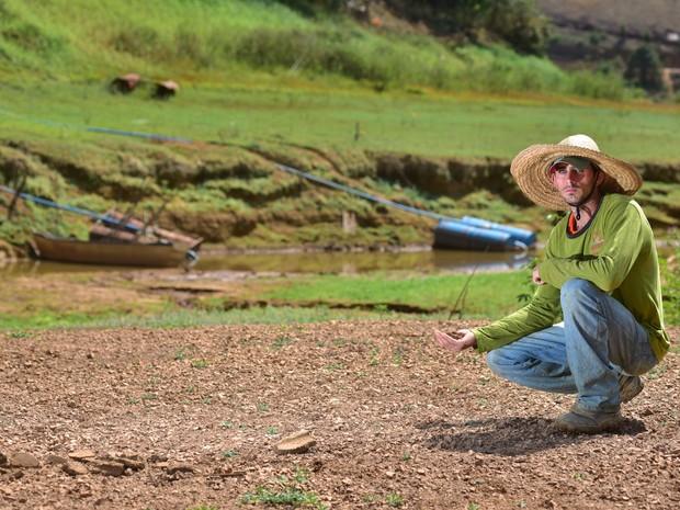José Carlos Knak éprodutor rural e sofre com os efeitos da longa estiagem no Rio Santa Maria no trecho do Distrito de Recreio (Foto: Marcelo Prest/ A Gazeta)