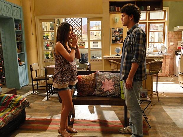 Acuado, Gabriel procura Cristal e decide ficar com ela (Foto: Malhação / TV Globo)