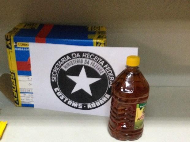 Droga foi diluída e colocada dentro de garrafa de óleo (Foto: Divulgação/Receita Federal)