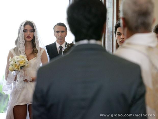 Padre diz que não casa Fatinha com esse vestidinho! Tenso! (Foto: Malhação/ TV Globo)