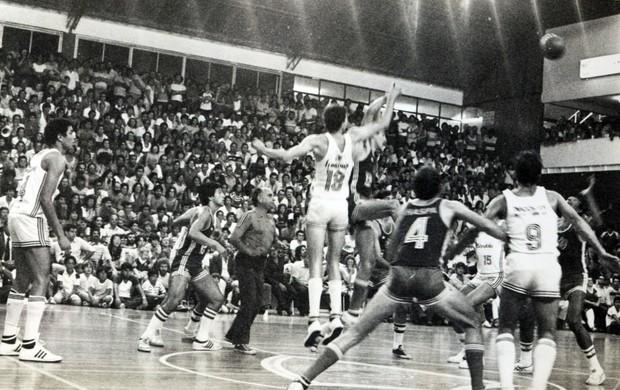 Partida entre Tênis Clube e Francana, pelo Campeonato Paulista de Basquete de 1981 (Foto: Arquivo Museu de Esportes de São José dos Campos)