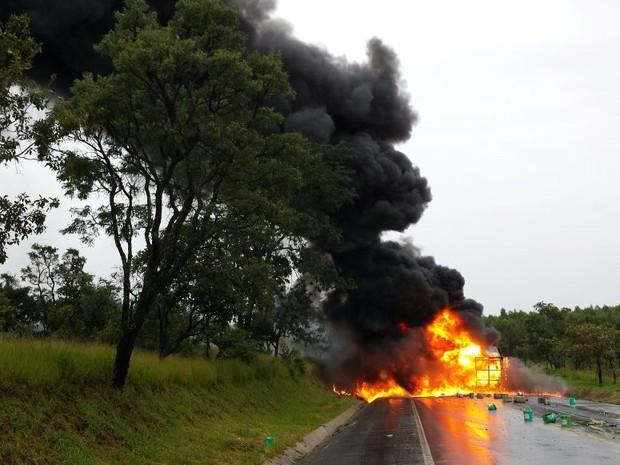 Houve explosões devido aos produtos químicos que a carreta estava carregada (Foto: Raphael Rios/G1)
