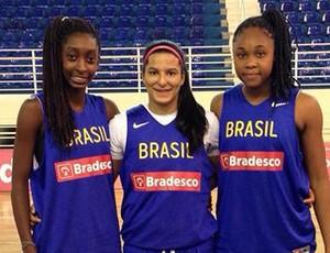 Izabela, ao centro, com companheiras da seleção brasileira sub-16 (Foto: Reprodução/Twitter)