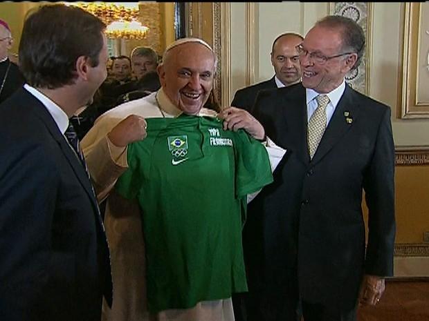 Papa recebe camisa do Brasil - GNews (Foto: Reprodução GloboNews)