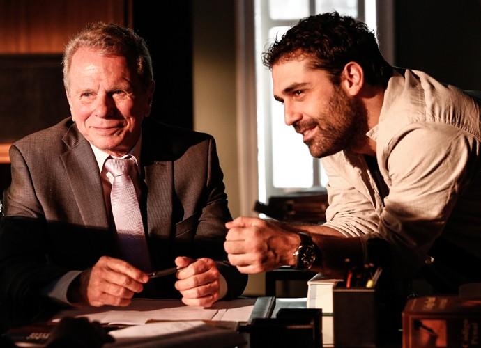 Jonas Bloch entra na reta final da novela e recebe instruções do diretor Pedro Freire (Foto: Raphael Dias/Gshow)