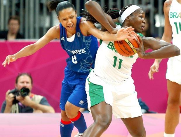 basquete Edwige disputa a bola com ClarissaSantos, Brasil e França (Foto: Agência Reuters)