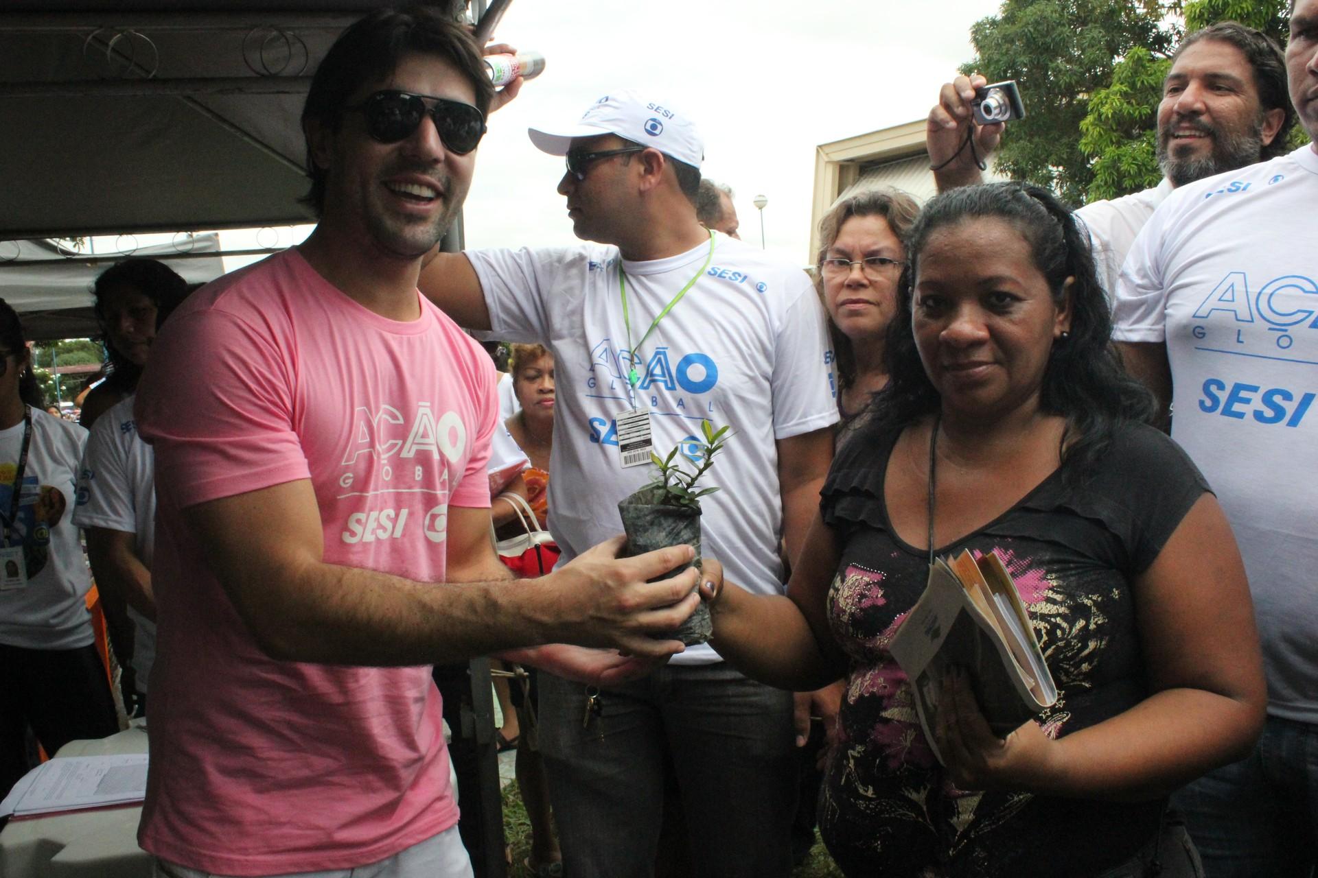 Ator Sandro Pedroso entregando mudas de plantas, na Ação Global, em Manaus (Foto: Katiúscia Monteiro/Rede Amazônica)