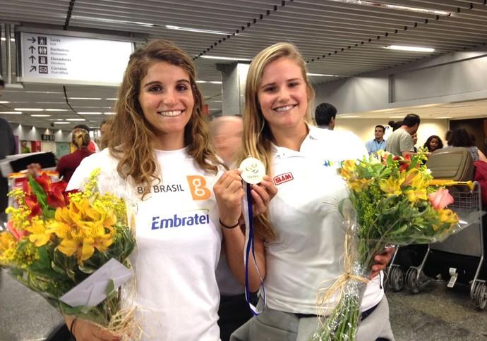 Martine Gral e Kahena Kunze, desembarque Rio (Foto: Divulgação)