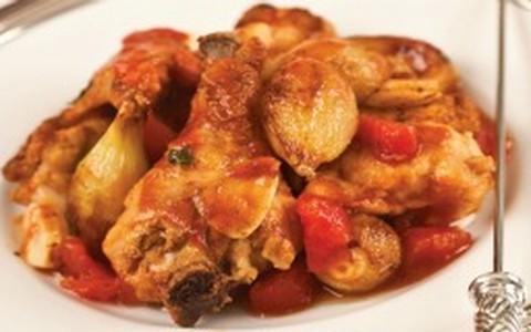 Frango salteado com tomates, échalotes e conhaque