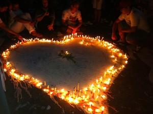 Coração pintado em frente ao memorial improvisado ganha luz, Kiss (Foto: Luiza Carneiro/G1)