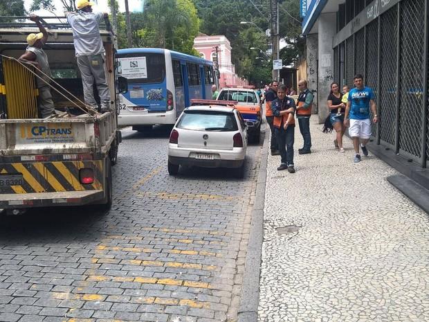 Parte da calçada ficou interditada (Foto: Leonardo Macachero / Inter TV)