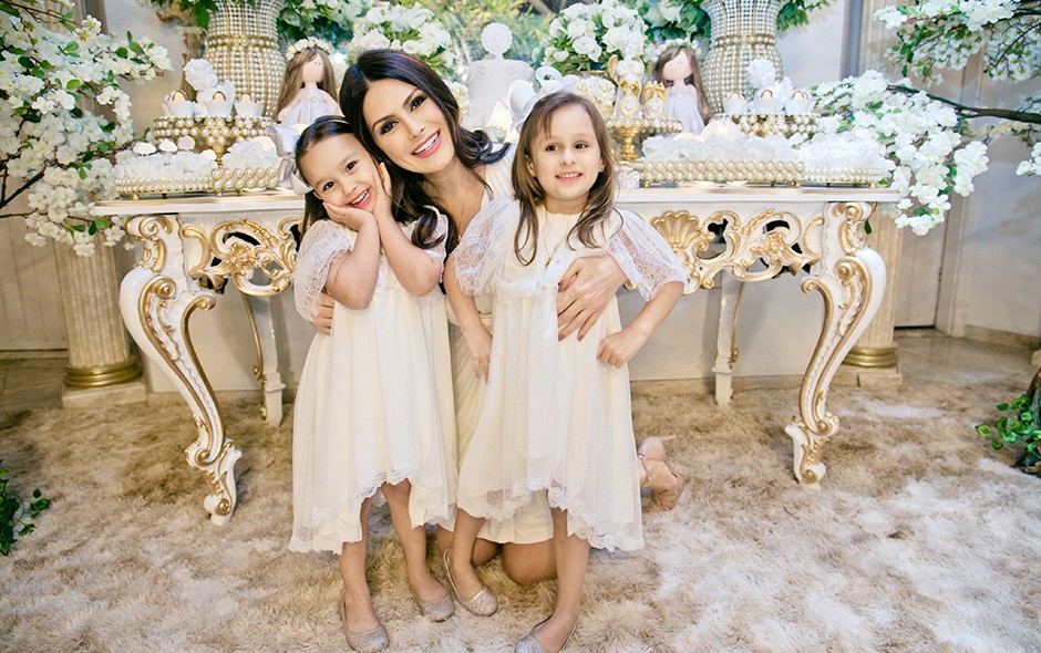 Natália Guimarães e Leandro batizam as filhas Maya e Kiara (Foto: Daniela Matias/ Divulgação)