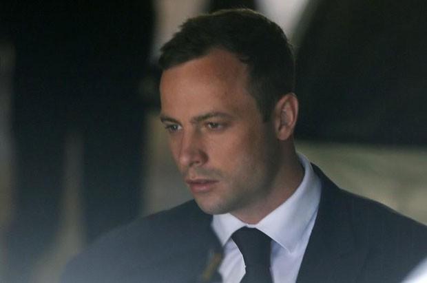 Pistorius é levado à prisão em outubro de 2014 (Foto: Mike Hutchings/Reuters)