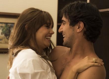 Renato improvisa aliança e se declara casado com Alice