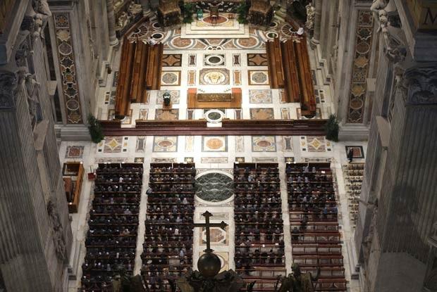 Freiras oram na Basílica de São Pedro, no Vaticano, na manhã desta terça-feira (12) (Foto: Alessandra Tarantino/AP)
