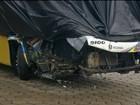 Ônibus bate na traseira de carreta e passageiro morre na Castello Branco