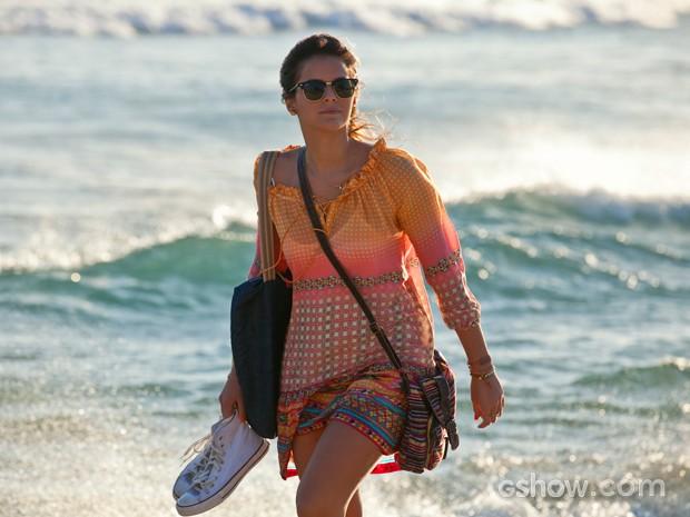 Bruna Marquezine grava Em Família em praia no Rio (Foto: Inácio Moraes/ TV Globo)