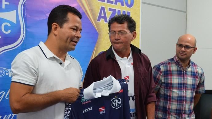 Com missão de brigar pela parte de cima do Parazão, Walter Lima é apresentado no São Francisco (Foto: Michael Douglas/GloboEsporte.com)