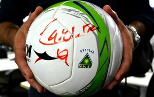 Bola do jogo entre Comercial-MS e Cene, autografada pelo atacante Careca (Foto: Hélder Rafael)