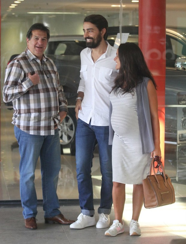 Ricardo e Francisca Pereira em concessionária de veículos (Foto: Daniel Delmiro/AgNews)