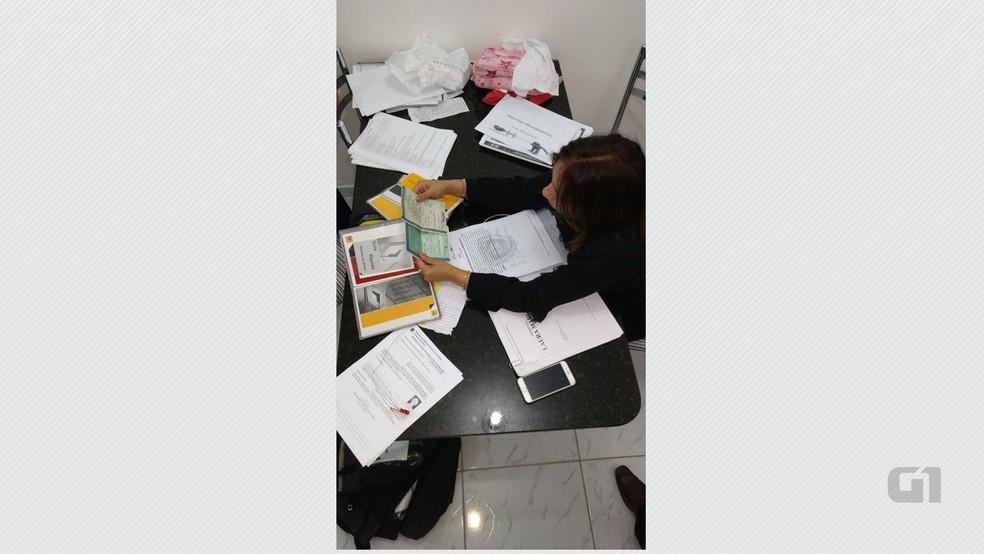 Policiais apreenderam documentos durante operação que desarticulou esquema de fraudes em empresas na Paraíba (Foto: Jean Gregório/Receita Estadual)