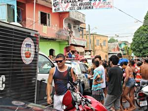 Corpos foram encontrados na Rua Campos Sales, na Zona Oeste de Manaus  (Foto: Rickardo Marques/ G1 AM)