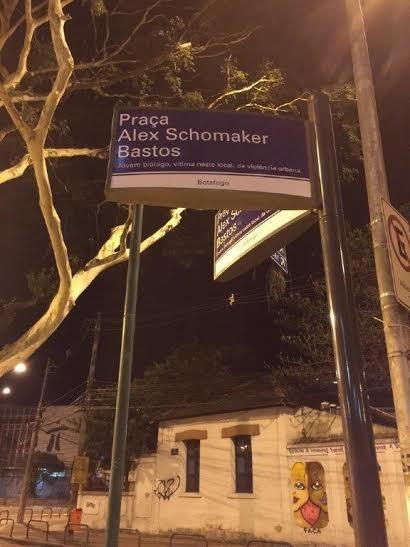 Na placa, a referência ao jovem biólogo vítima da violência. Família pediu, prefeitura aceitou