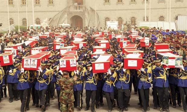 Soldados carregam caixões durante o funeral nesta quinta-feira (24) (Foto: Reuters)