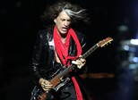 Joe Perry, do Aerosmith, passa mal em show do Hollywood Vampires