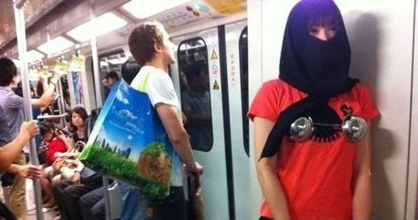 """A paródia da campanha do metrô de Xangai : """"queremos nos sentir bonitas e não ter mãos sujas sobre nós"""", diz a jovem feminista (Foto: Reprodução)"""