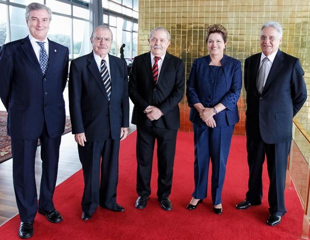 Os ex-presidentes Collor, Sarney, Lula e Fernando Henrique com Dilma, no Palácio da Alvorada, onde foram recebidos em almoço após a cerimônia de instalação da Comissão da Verdade (Foto: Roberto Stuckert / PR)