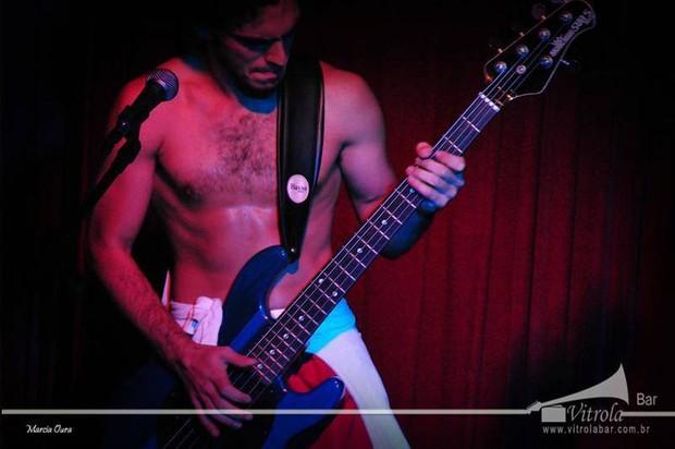 Rian Brito no palco, tocando baixo (Foto: Facebook/Reprodução)