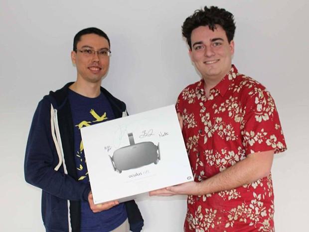 Palmer Luckey (à direita) entrega primeira unidade comercial do Oculus Rift a comprador no Alaska (Foto: Divulgação/Facebook/Palmer Luckey)